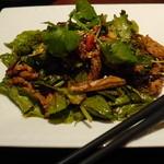 過門香 - 北京ダックを半羽または一羽で注文すると、肉を辛味和えにして出してくれます。