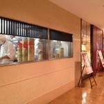 鼎泰豐 名古屋店 - 鼎泰豐(ディンタイフォン)の外観 小龍包を作っているところが見れます。 2013.12.24撮影