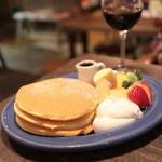 juen - パンケーキ 季節のフルーツと生クリーム (850円) '13 11月下旬