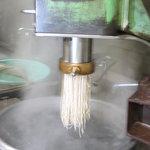 2338593 - 「春香苑」の冷麺を作るところ 良くこねた麺を製麺機に入れます。