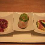 西安健菜キッチン - 三点アミューズ(左から、四川風豆腐・生春巻き・アボカド生ハム等):アボガド生ハムの下にあるソースはエビの味が濃厚で美味しい