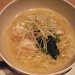 西安健菜キッチン - 生姜たっぷり鶏そば:麺からかん水の匂いがする気がしますが、麺にこしがあって美味しい