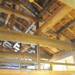 川昌 - 天井部分の梁、醤油蔵の古材で作られた古民家風になっています。