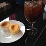 フランツカフェ - 神戸半熟チーズケーキ。プレーンとメイプルの2種類。