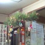 ドライブイン 峠屋 - お正月の松飾りはクリスマスツリー?? シュールだ