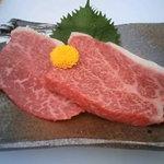 萬の屋 - 霜降り赤身すてーき(150gA3イチボ・ヒウチ等) もも肉の中で最も霜降りが多くロースに匹敵する肉質は最近では希商品に格付け。