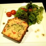 KORO Cafe - ケーク・サレ 単品800円/ドリンクセット1,000円 - 野菜やハムがたっぷりの塩味のケーキです。キッシュのような感覚かな(^-^) 美味しいよ♪