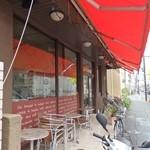 プルクワ - お店外観。マラソン道路沿いにあります。