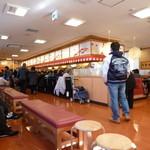 すし銚子丸 - 店内は満席です