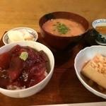 とも庵 - 毎週変わるランチ。マグロの漬け丼、煮豆腐、聖護院蕪の柚子漬け、根菜たっぷり 粕汁 (関東風)