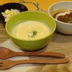 eat more SOUP&BREAD - シチュウ(ビーフシチュウ)&ポタージュ(コーンのポタージュ)のハーフ&ハーフ