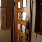 かたつむり - 落ち着いた木の扉