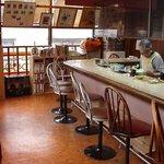 かたつむり - カウンターが10席ほどとテーブル席が3卓
