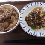 すき家 - 実は、牛丼と味噌野菜は、別皿で出てきたのでした(@_@)