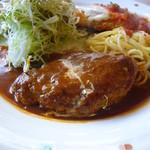 デルソーレ - ハンバーグと鶏肉のチーズカツレツ(ハンバーグ側)