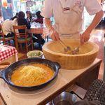ピッツェリア・マリノ - トマトソース・卵・ベーコン、ブラックペッパー、最後に水菜とカニ肉をトッピングして出来上がり
