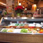 ピッツェリア・マリノ - 彩り豊かなアンティパストバー(サラダバー)。スープも具沢山です