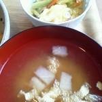 紅玉 - 親子丼(小盛り) 味噌汁&野菜アップ