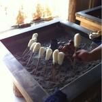 たつこ茶屋 - 大きな囲炉裏にたんぽがズラリ