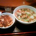 四川亭 - ランチの五目ソバと麻婆丼セット(850円)です