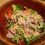 バケット - 牛肉とカシューナッツの胡麻風味サラダ