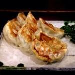 23447644 - 餃子の三種盛り合わせ(780円)。エビ焼き餃子、イカとセロリー焼き餃子、焼き餃子が各3個ずつ。ちょっと餡が甘いですね。好み分かれるかも。