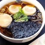 総本家更科堀井 - 「帆立そば」 北海道の新鮮な帆立の貝柱と佐賀県産の生海苔の相性が抜群です。 冬の味覚でぜひ身体をあたためて下さい。