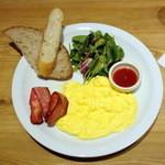 ル・パン・コティディアン - 朝食セット(1,350円+税)のスクランブルエッグプレート