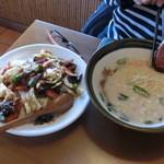美味家 - ランチのセットメニューの豚骨ラーメンと中華飯です。