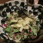 黒毛和牛一頭切り 伊達哉 - 和の野菜とジャコのカリカリサラダ