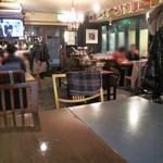 レターレ - テーブル席。フロア中央にはセルフスタイルのワイン飲み放題のコーナー。