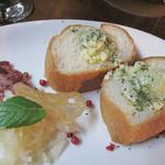 レターレ - お通し。 カナッペとチーズとサラミ。