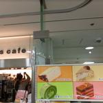 Q's cafe - 店入口とレジカウンター