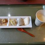 伊勢屋豆腐店 - 試食。右端は豆乳。