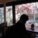 カフェ・ド・ドルチェ - カフェ・ド・ドルチェ窓際席は小川が見れます。2014.1.4撮影