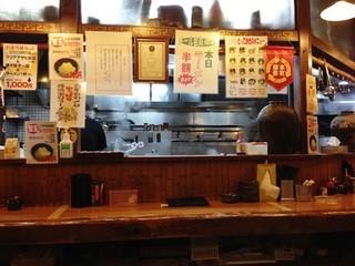 ラーメン横浜家 金港町店 - 「カウンター席」
