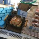 サトウヤ - ショーケースに並ぶ「卵とチーズ」