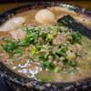 無鉄砲  - 料理写真:とんこつラーメン・味玉入り、麺かため、スープこってり、ネギ多め