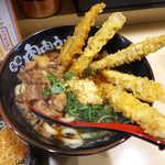 23474176 - 肉ごぼ天うどん(¥730)。大迫力のごぼ天、生姜と牛すじ肉、大満足♪