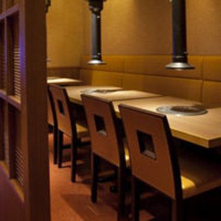 半個室テーブル席最大16名様まで。各テーブルをすだれで仕切ることも可能です。