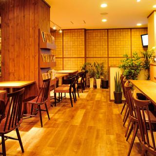 木目調の優しいムードが魅力的な落ち着ける店内