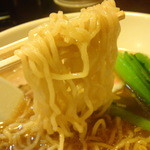 23483127 - 多加水のやや縮れ麺は博多では珍しいでしょう