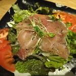 肉料理ひら井 - 【生ハムとトマトのバジルサラダ】¥750