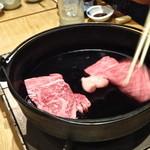 肉料理ひら井 - お姉さんが作ってくれます