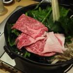肉料理ひら井 - 上からお肉をかぶせるように置いていきます