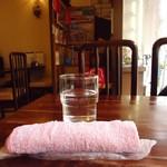 珈琲園 - キホンですね。お冷やとおしぼり。