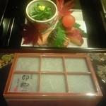 京料理 卯柳 - 前菜の五種盛り。ふたを開けると(上)、上品な盛り付けが心を掴みます。卵の黄身の煮物など珍しくて食感と味わいに工夫されたものも