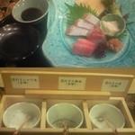 京料理 卯柳 - 本日の鮮魚のお造り(上)。湯葉も入っています。わさびを自分でおろすことが出来る上、醤油の代わりに三種類の塩(下)で食べ、魚の鮮度と食感の繊細さに驚きました