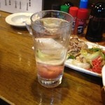 寿海 - 焼酎お湯割りの梅入り(芋・麦どちらもOK)、グラスのサイズも大きいです。