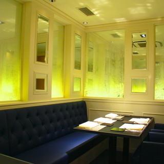 シャンパンの気泡をイメージしたゴージャスな個室
